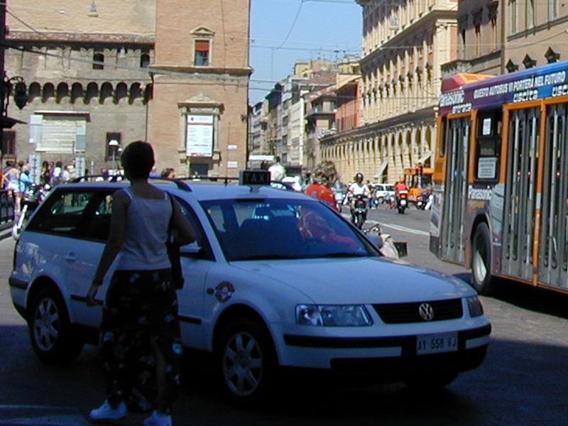 Taxi, 700 mila euro di incentivi per l'acquisto di veicoli elettrici a Bologna e in 11 comuni