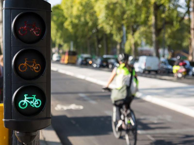 Più bici e meno auto: così migliora la qualità della vita in città e si riduce la mortalità su strada